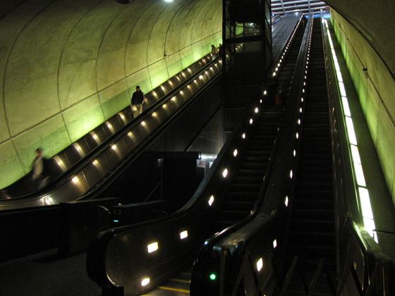 800px-Rosslyn_escalators_(bottom_right)